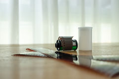 Ekranowa rolka i klatka kłaść na drewnianym stole Obrazy Stock