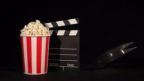 Ekranowa rolka z popkornem i clapboard zbiory