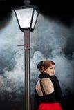 Ekranowej noir dziewczyny lamppost mgły uliczny plecy Fotografia Stock