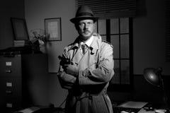 Ekranowy noir: detektyw trzyma pozować i kolt fotografia royalty free