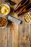 Ekranowy whatching przyjęcie z piwa, kruszek, układów scalonych i wystrzał kukurudzy tła odgórnego widoku drewnianym mockup, Zdjęcie Royalty Free