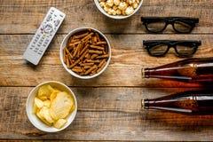 Ekranowy whatching przyjęcie z piwa, kruszek, układów scalonych i wystrzał kukurudzy tła odgórnego widoku drewnianym mockup, Zdjęcie Stock