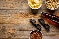 Ekranowy whatching przyjęcie z piwa, kruszek, układów scalonych i wystrzał kukurudzy tła odgórnego widoku drewnianym mockup, Obraz Royalty Free