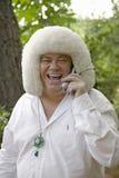 Ekscentryczny gość przy ślubem śmia się na jego telefonie komórkowym w Ojai, CA Zdjęcie Royalty Free