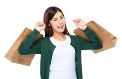 Ekscytuje kobieta chwyt z torba na zakupy zdjęcia stock