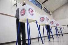 Eksikten, Kalifornien, USA, November 4, 2014, medborgare röstar i valbåsvallokal i gymnastiksal fotografering för bildbyråer