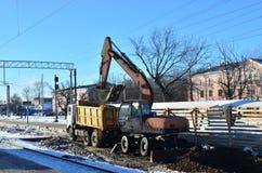 Ekskawatorów ładunki miażdżyli kamień w usyp ciężarówki ciele Budowa kolej Przygotowywać powierzchnię ziemia dla kłaść zdjęcie stock