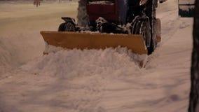 Ekskawator czyści ulicy duże ilości śnieg w mieście zdjęcie wideo