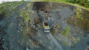 Ekskawator i ciężarówka bierzemy powulkanicznego popiół od outflowing rzeki Legazpi miasto Mayon wulkan Filipiny zbiory wideo