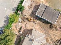 Ekskawator i usyp ciężarówka pracuje przy rozbiórkowym miejscem widok z lotu ptaka fotografia royalty free