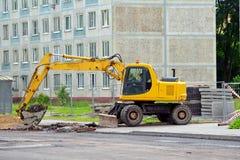 Ekskawator naprawy i wykopaliska droga na ulicie Zdjęcie Royalty Free