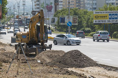 Ekskawator, praca rozszerzać drogę w Pyatigorsk, Rosja Zdjęcia Royalty Free