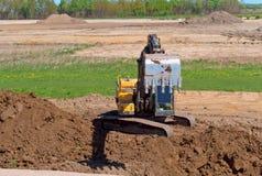 Ekskawator pracuje gdy wiadro, earthmoving maszyneria w skrzynce ekskawator kopie ziemię Zdjęcia Royalty Free