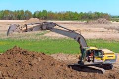 Ekskawator pracuje gdy wiadro, earthmoving maszyneria w skrzynce ekskawator kopie ziemię Obraz Stock