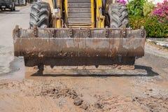 Ekskawator pracuje na naprawie drymby woda na drodze Obraz Stock