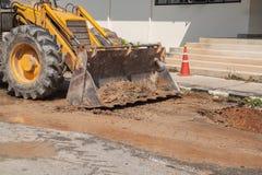 Ekskawator pracuje na naprawie fajczany dostawy wody i kanalizacja na drodze Obraz Royalty Free