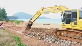 Ekskawator pracuje na plaży zdjęcie wideo