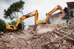 Ekskawatoru niszczyciela maszyna przy rozbiórką na budowie zdjęcie royalty free