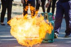 Ekspert demonstruje dlaczego tłumić ogienia od benzynowych zbiorników fotografia stock