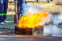 Ekspert demonstruje dlaczego tłumić ogienia obraz royalty free