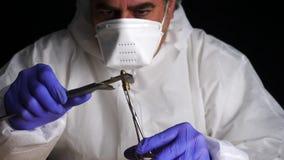 Ekspert policja mierzy pociska kaliber w balistycznym lab zbiory