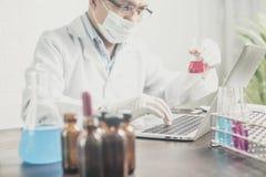 Eksperyment lub naukowiec trzyma próbnej tubki w laboratorium naukowym zdjęcie stock