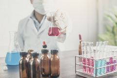 Eksperyment lub naukowiec trzyma próbnej tubki w laboratorium naukowym obrazy stock