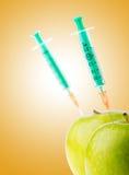 Eksperyment z jabłkiem i strzykawkami fotografia royalty free