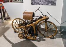Eksperymentalny drewniany motocykl Damiler 1885 z silnikiem przy wystawą w królewiątka Abdullah II samochodowym muzeum w Amman ka obraz royalty free