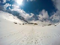 Eksperymentalny słońca światła widok z śnieżną ścieżką i skalistymi szczytami himalaje obrazy royalty free