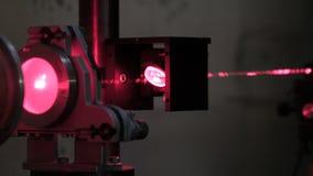 Eksperymenty z laserowym systemem w laboratorium Laserowa Tnąca maszyna laboratorium z laserem zdjęcie wideo