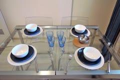 Ekspozycja mieszkań wnętrza blisko sztućce bang szkła okrągłego stołu w pokoju Obraz Royalty Free