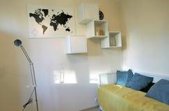 Ekspozycja mieszkań wnętrza kanapa graniasty obiadowy wewnętrzny żywy izbowy furgon Fotografia Stock