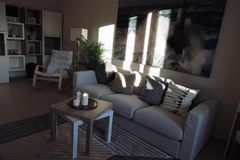 Ekspozycja mieszkań wnętrza kanapa graniasty obiadowy wewnętrzny żywy izbowy furgon Fotografia Royalty Free