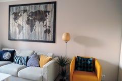 Ekspozycja mieszkań wnętrza kanapa graniasty obiadowy wewnętrzny żywy izbowy furgon zdjęcie royalty free