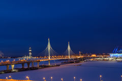 Ekspresowe drogi krzyżująca marznąca rzeka na guyed moscie, noc widok zdjęcia stock