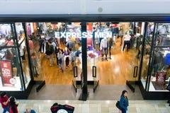 Ekspresowy mężczyzna sklep na Black Friday zdjęcie royalty free