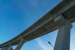 Ekspresowy sposób wyginał się dolnego widoku architekturę na niebieskiego nieba backgrou fotografia royalty free