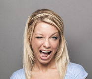 Ekspresyjna 20s blondynki dziewczyna mruga dla chłodu Zdjęcia Royalty Free