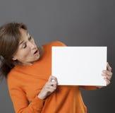 Ekspresyjnego kobiety mienia pusty komunikacyjny panel z zaskakującym zawiadomieniem Zdjęcia Royalty Free