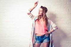 Ekspresyjny Boho mody dziewczyny śpiew i taniec Zdjęcia Stock