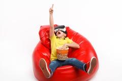 Ekspresyjny dzieciak z popkornem w VR słuchawki fotografia stock