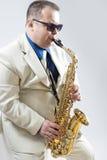 Ekspresyjny Elegancki Kaukaski Saksofonowego gracza spełnianie w Whit Zdjęcie Stock