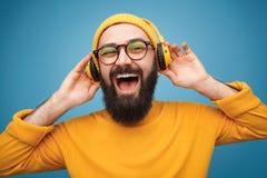 Ekspresyjny facet słucha muzyka zdjęcia royalty free