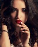Ekspresyjny jaskrawy makeup kobiety macania palec jej czerwone wargi z zdjęcia royalty free