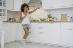 Ekspresyjny kobiety kucharstwo w kuchni obraz stock