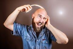 Ekspresyjny mężczyzna słucha muzykę z hełmofonem obraz stock