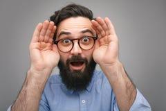 Ekspresyjny mężczyzna wyjawia oczy w niespodziance zdjęcie royalty free
