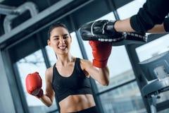 ekspresyjny młody żeński bokser ćwiczy z trenerem fotografia royalty free