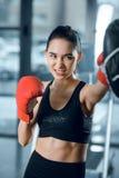 ekspresyjny młody żeński boksera szkolenie obraz royalty free